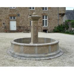 Fontaine centrale avec bassin circulaire