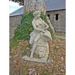 Sculpture de femme avec une oie