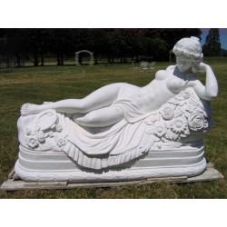 Femme en marbre allongée